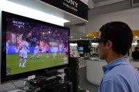 mężczyzna oglądający mecz na telewizorze